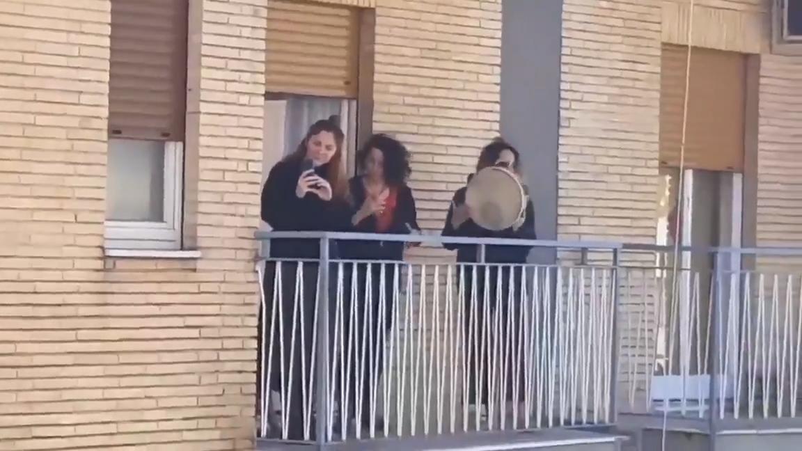 Resultado de imagen para La gente canta desde los balcones en Nápoles